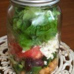 Salade grecque dans un pot