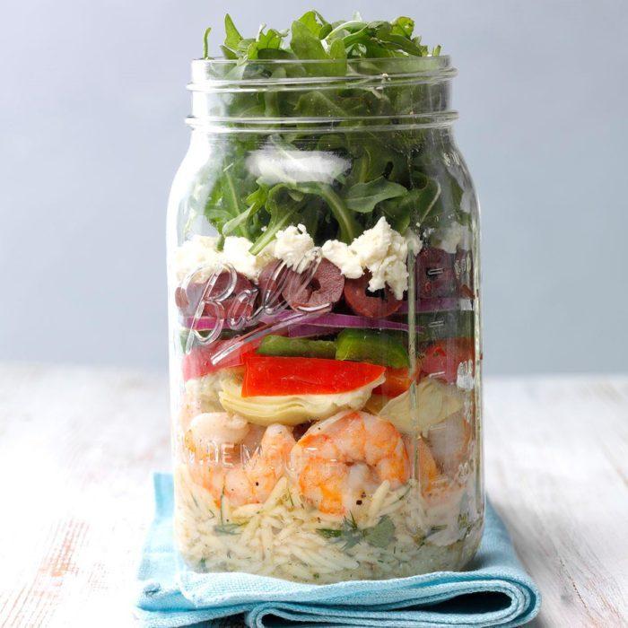 Salade méditéranéenne aux crevettes, dans un pot.