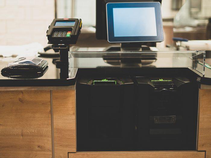 Supermarchés et insalubrité: attention aux écrans des caisses libre-service.
