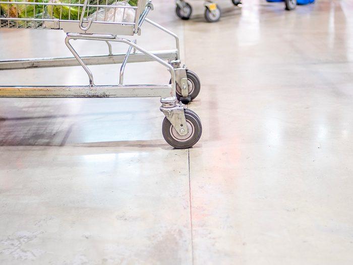 Supermarchés et insalubrité: l'entretien des planchers ne suit pas forcément l'intensité du trafic pédestre.