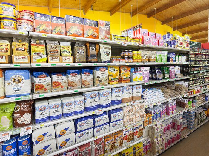Supermarchés et insalubrité: les étagères des supermarchés sont en général si encombrées qu'elles sont difficiles à nettoyer.