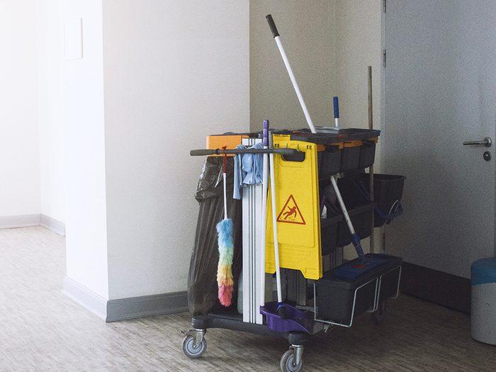 Supermarchés et insalubrité: l'équipement de nettoyage n'est pas autonettoyant et peut contaminer les surfaces.