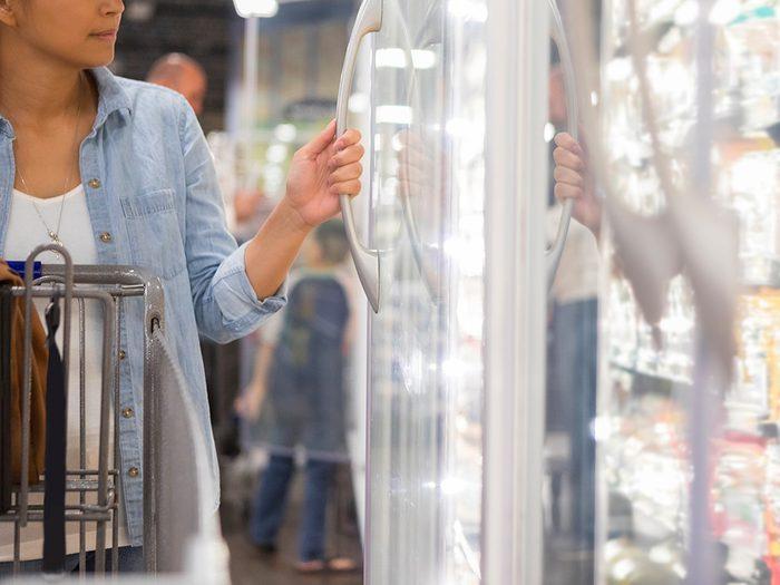 Supermarchés et insalubrité: les portes vitrées de la section des produits congelés sont souvent couvertes de marques de doigts.