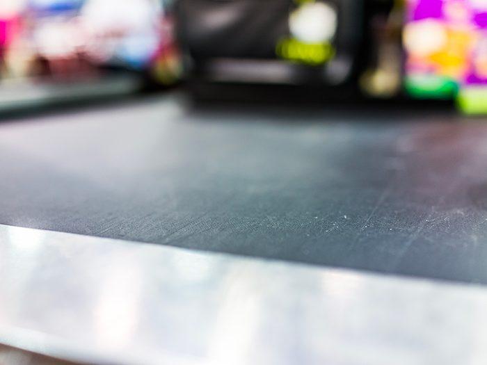 Supermarchés et insalubrité: le tapis roulant de la caisse est d'une propreté douteuse.