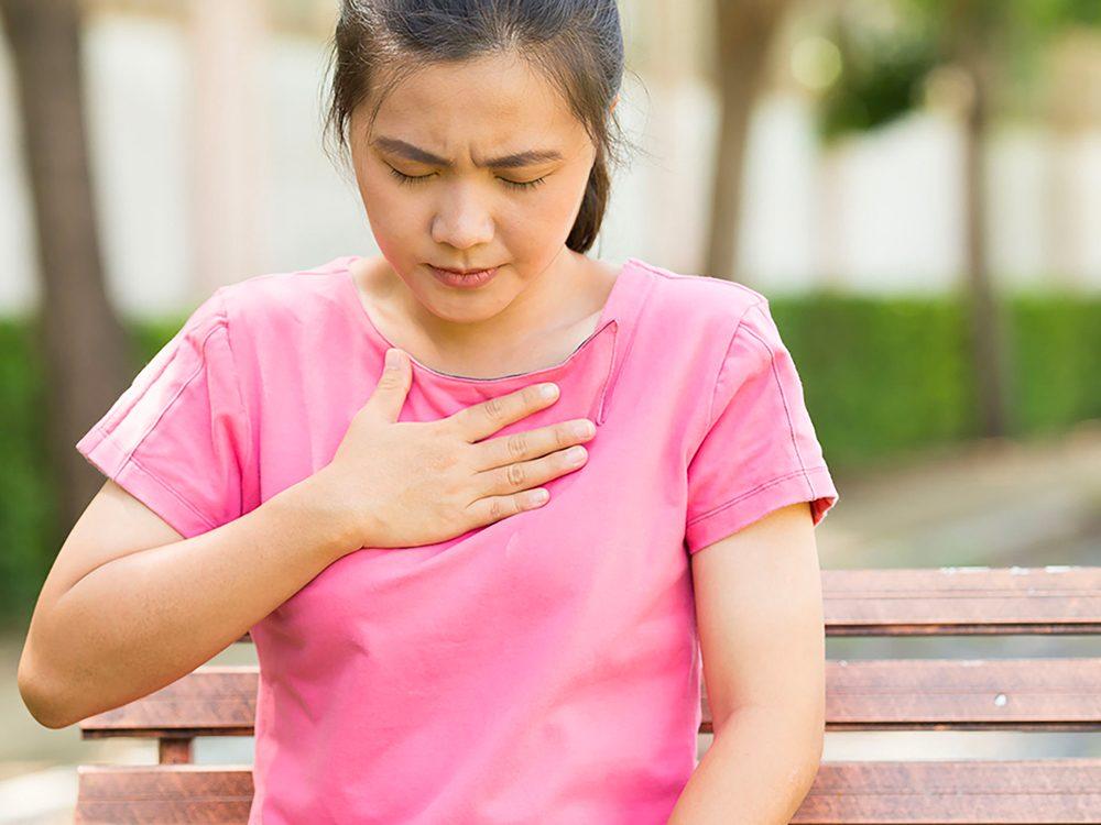 Le reflux gastro-œsophagien pathologique peut impliquer des brûlures d'estomac.