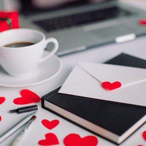 L'écriture de cartes de Saint-Valentin, de notes et de lettres d'amour contribue au bien-être et au bonheur.