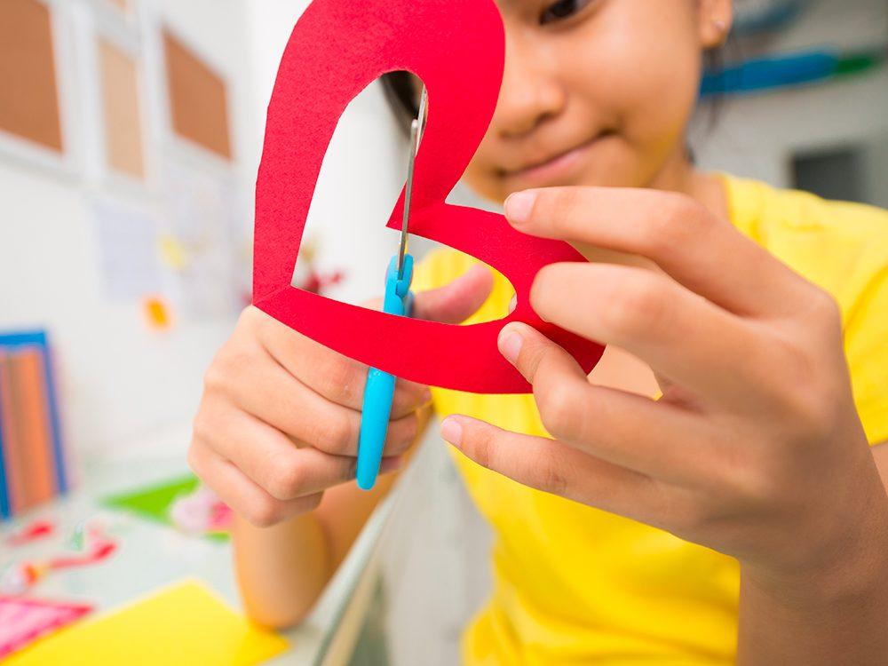 Les parents peuvent profiter de la Saint-Valentin pour demander aux enfants d'écrire des lettres ou de fabriquer des cartes.