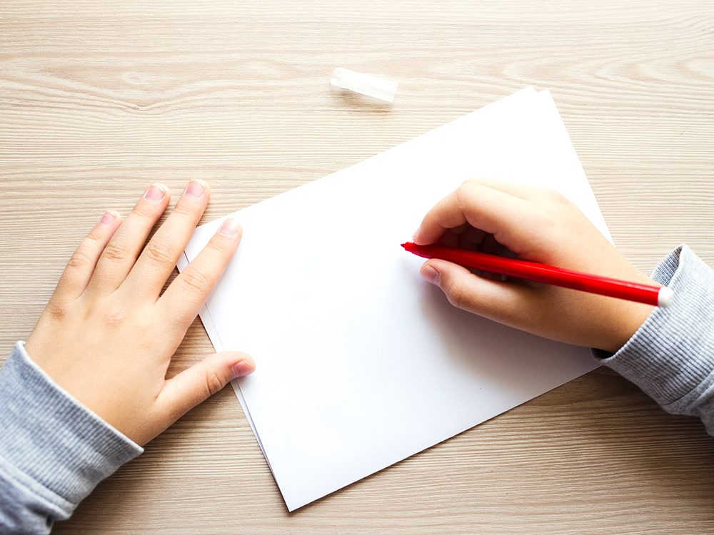 Faites participer les enfants à l'écriture des cartes de Saint-Valentin.