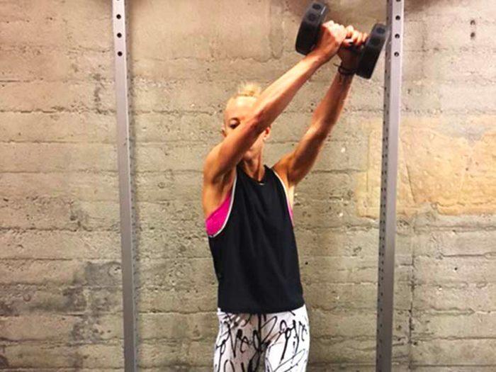 Évitez les exercices de flexions latérales du torse avec une charge.