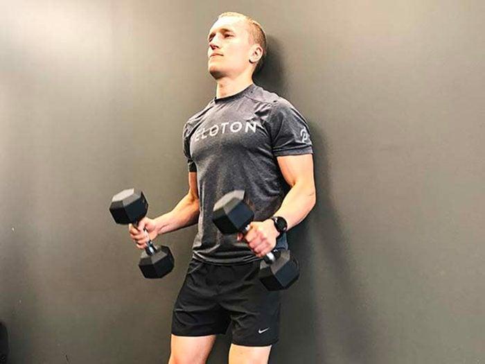 Évitez les exercices de flexions des avant-bras avec mouvement de balancement.