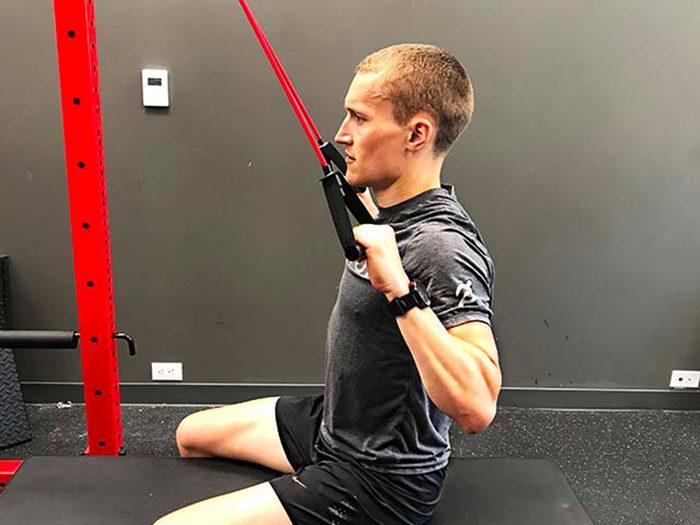 Évitez les exercices de tirage de la poulie derrière la tête.