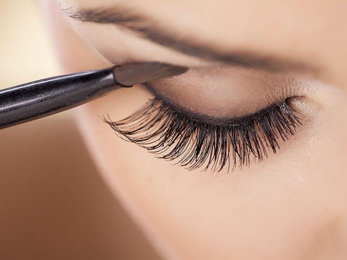 Maquillage: comment empêcher l'ombre paupières de faire des sillons?