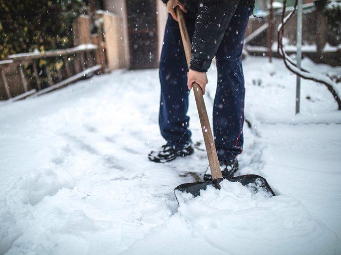 Assurez-vous de pelleter la neige plusieurs fois pendant la tempête.