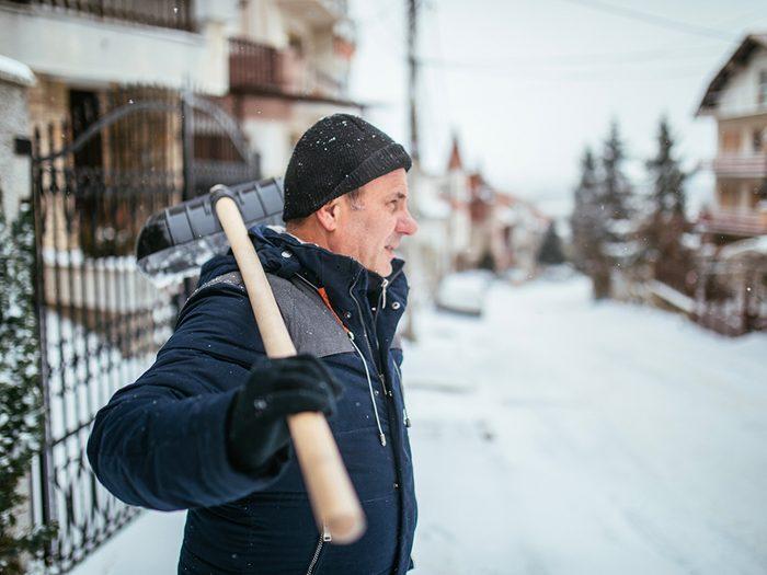 Veillez à vous étirer avant de pelleter la neige.