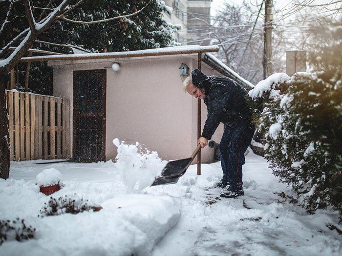 Pelleter la neige est une activité intense.