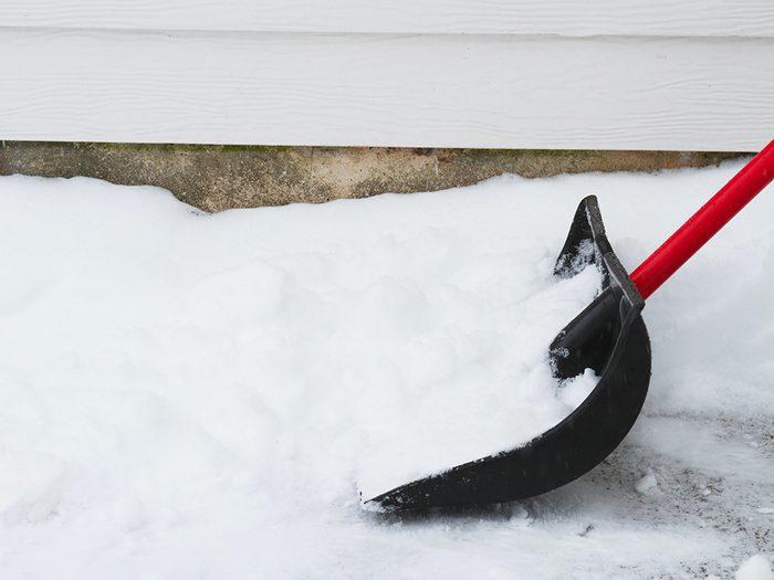 Pelleter la neige brûle des tonnes de calories.