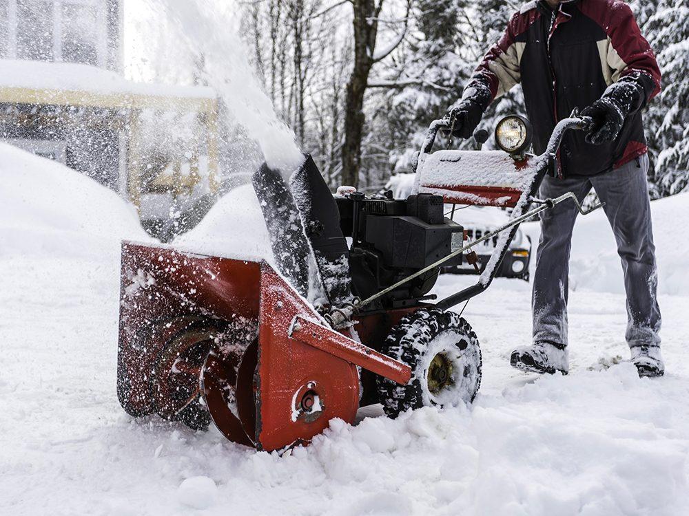 Envisagez de demander à quelqu'un de pelleter la neige pour vous.
