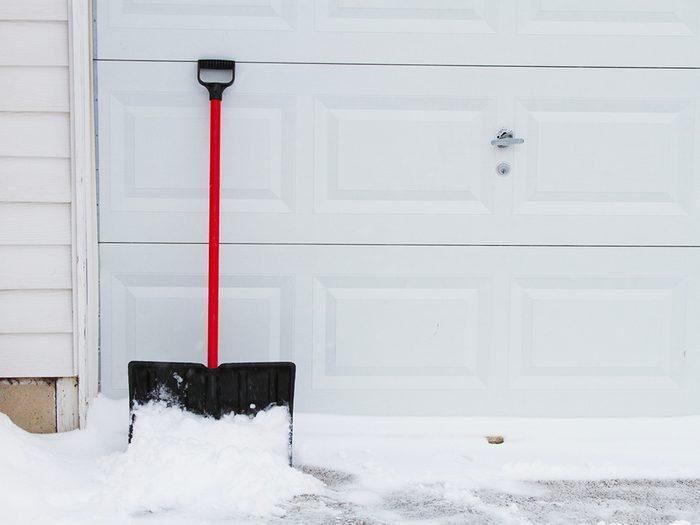 Si vous ressentez un malaise – douleurs ou autres, arrêtez de pelleter la neige.