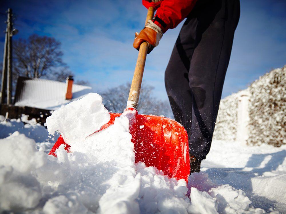 Suivez ces conseils de médecins pour pelleter la neige sans vous blesser.
