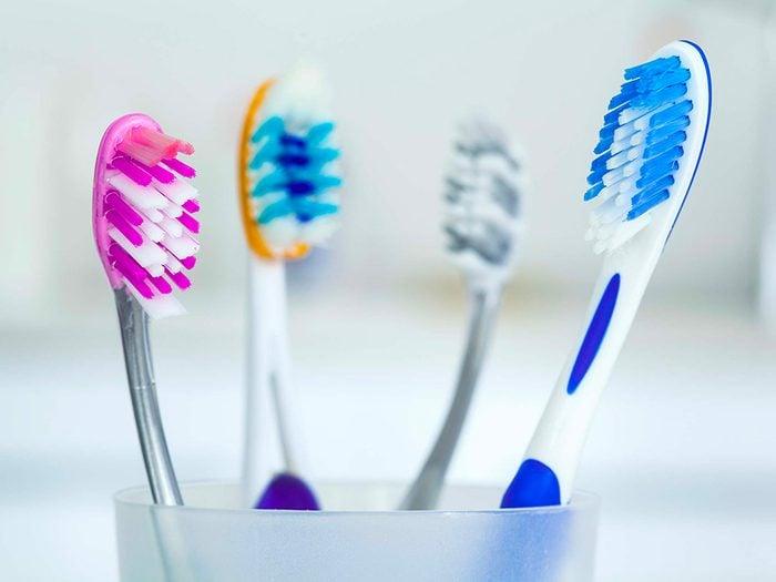 Le peroxyde d'hydrogène fait des merveilles pour d'hygiène dentaire.