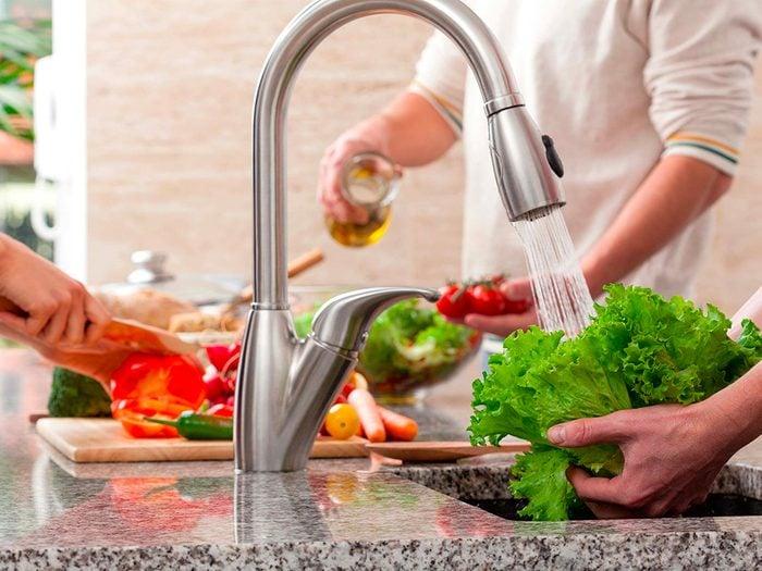 Vaporisez un peu de peroxyde d'hydrogène de qualité alimentaire sur les fruits et légumes.