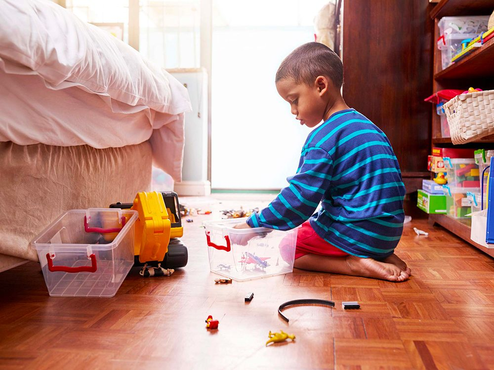 Vaporisez simplement du peroxyde d'hydrogène sur les jouets de vos enfants.