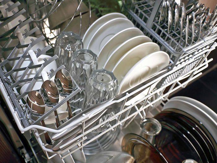 Ajoutez une ou deux gouttes dans votre lave-vaisselle ou à votre détergent à vaisselle habituel.