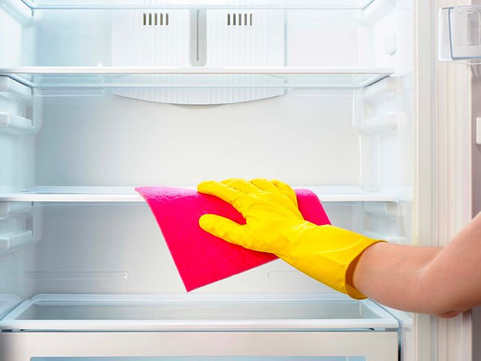 Vaporisez du peroxyde d'hydrogène dans un lave-vaisselle vide ou un réfrigérateur nettoyé.