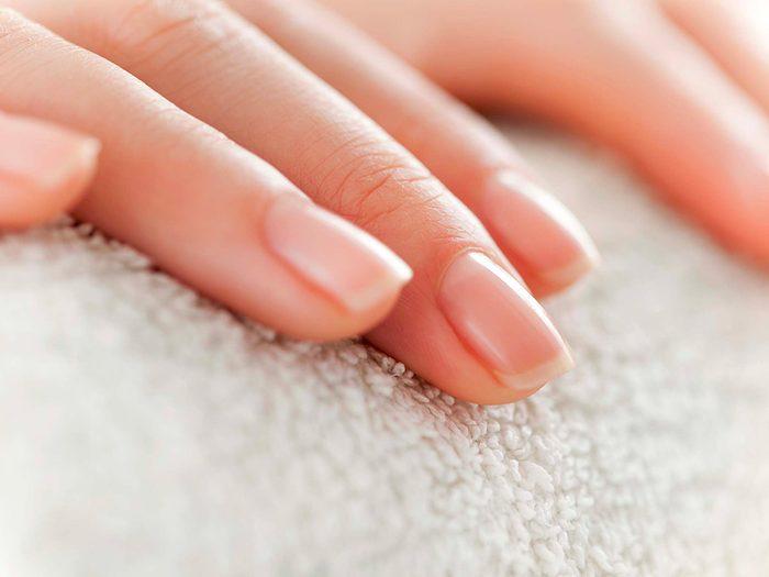 Blanchissez naturellement vos ongles avec du peroxyde d'hydrogène.