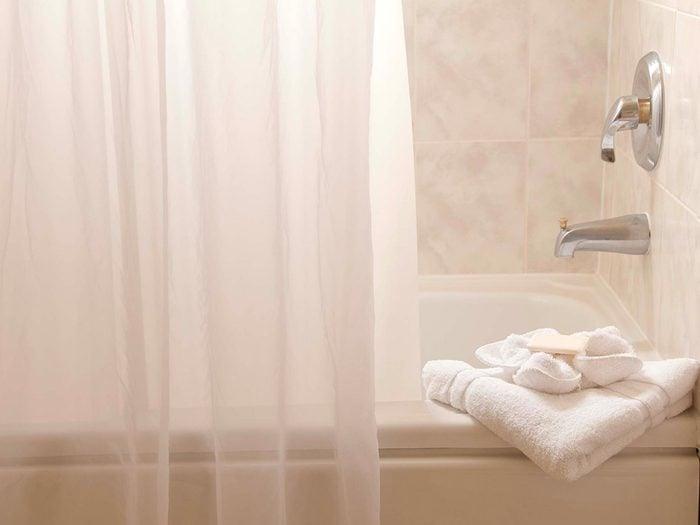 Éliminez la saleté du rideau de douche avec du peroxyde d'hydrogène.