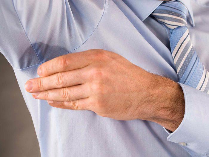 Enlevez les taches de sueur avec du peroxyde d'hydrogène.