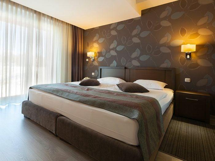 Secrets d'hôtels: attendez d'être seul au comptoir pour demander une meilleure chambre.