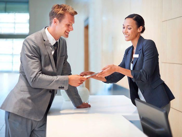 Secrets d'hôtels: demandez des détails sur des excursions au comptoir.