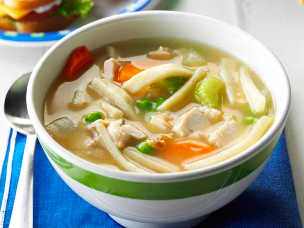 Recette de soupe facile à la dinde et aux nouilles.