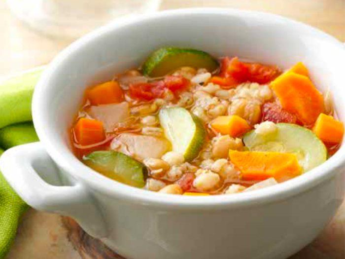 Soupe aux légumes, à l'orge et aux pois.
