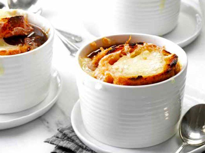 Recette de soupe à l'oignon traditionnelle.