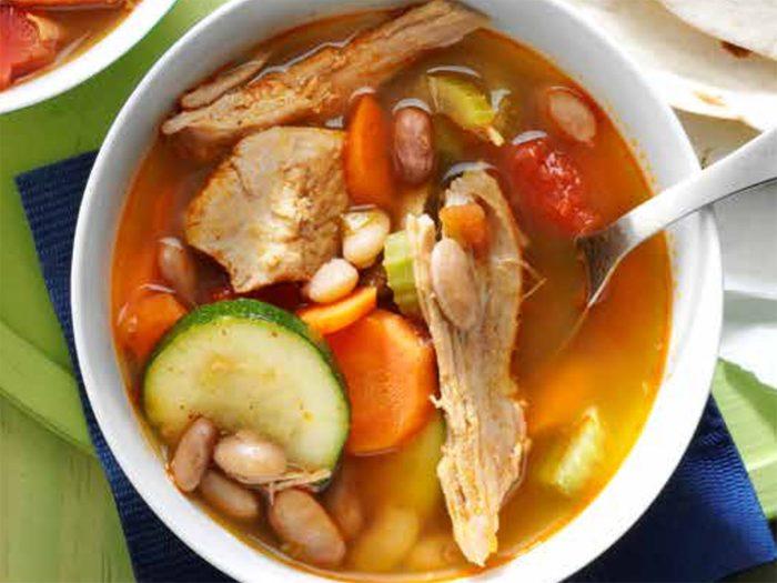Recette de ragoût mexicain au porc et fèves pinto.