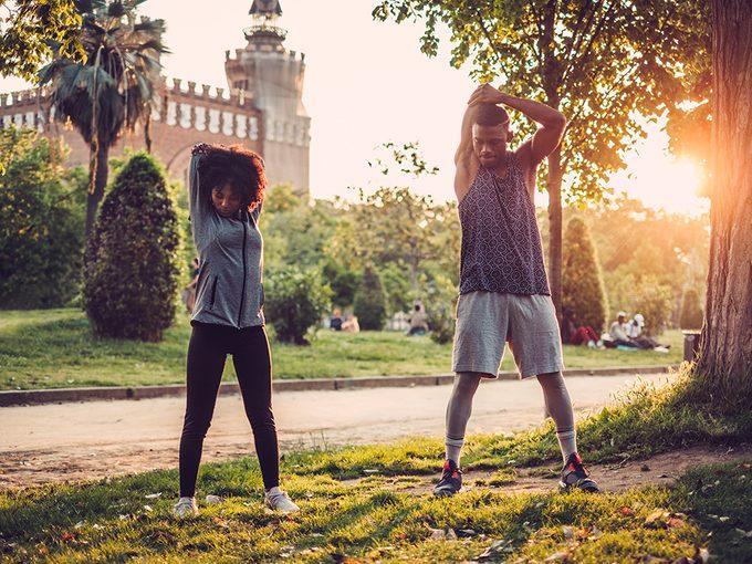 Sport en couple: l'exercice a de nombreux avantages pour la santé, et peut également améliorer les liens et l'attirance mutuelle entre les gens.