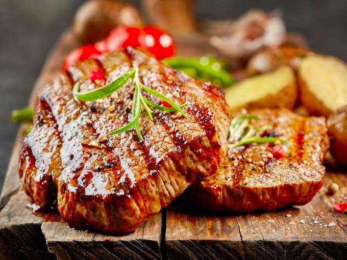 Consommer trop de protéines animales accroit les risques de développer un large éventail de maladies chroniques en raison des acides aminés contenus dans la viande, révèle une étude.
