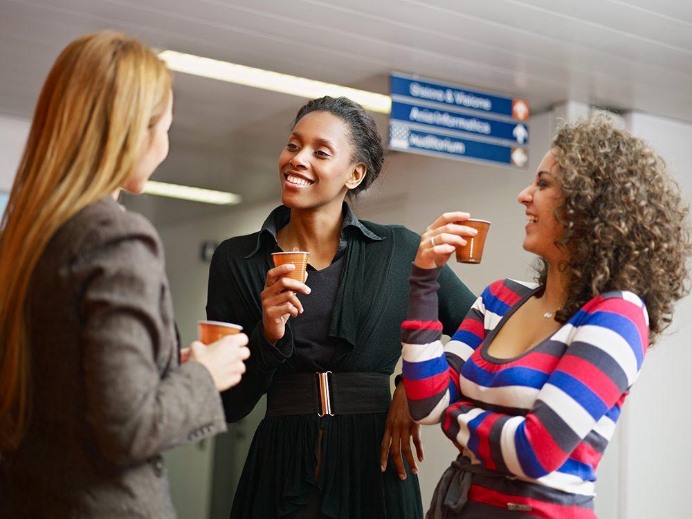 Prendre un café avec vos collègues le matin pour une vie heureuse.
