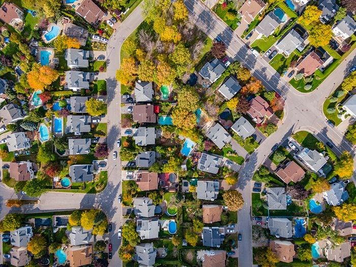 Faut-il moins de voisins pour une vie heureuse?