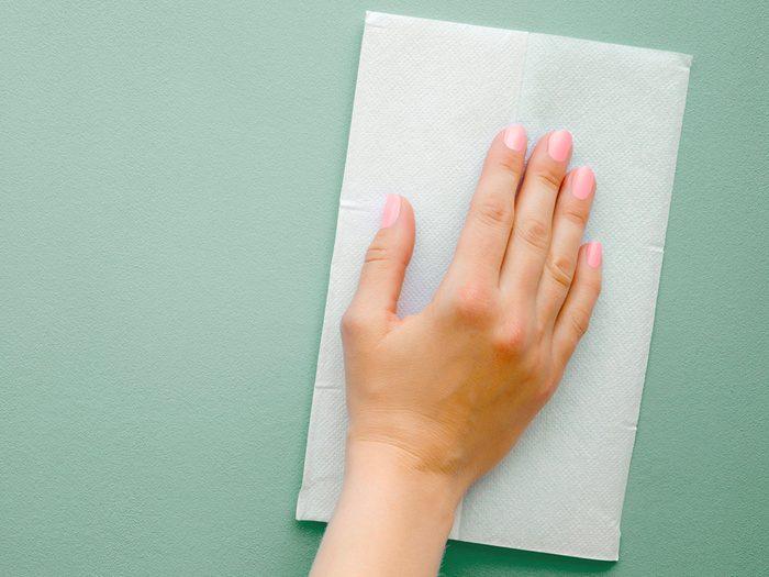 COVID-19: les médecins utilisent des lingettes désinfectantes.