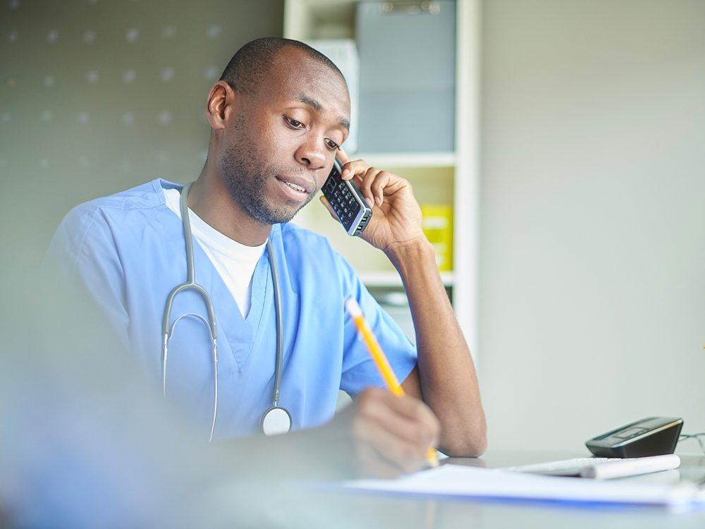 COVID-19: les médecins demandent aux patients qui ont des symptômes de téléphoner avant de se présenter.