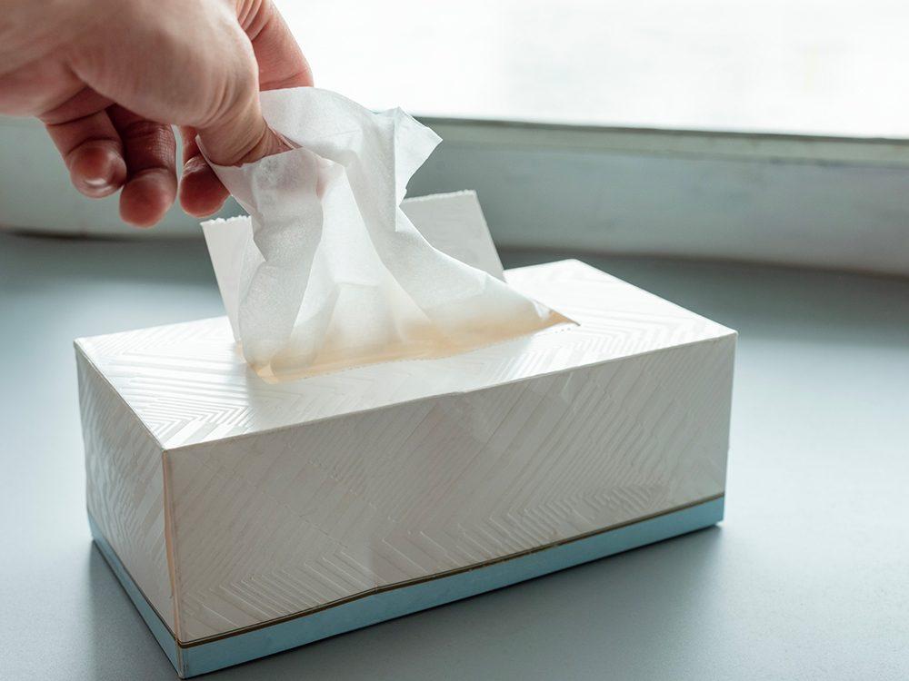 Les médecins pratiquent l'étiquette respiratoire pour éviter la COVID-19.