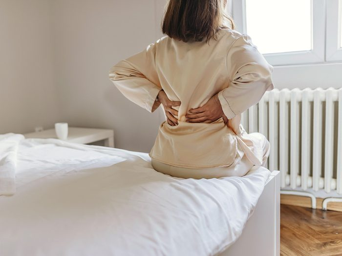 Les douleurs musculaires font partie des symptômes du COVID-19.