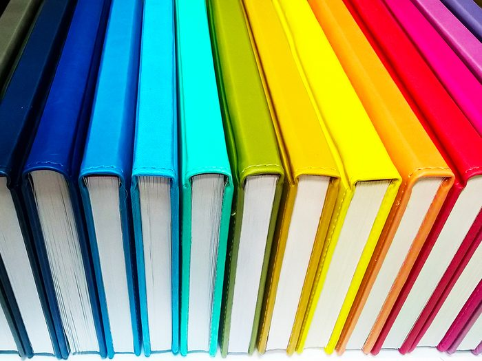 À faire chez soi: ranger ses livres en créant une arc-en-ciel.
