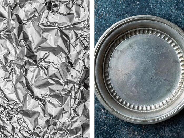 Polir de l'argenterie avec de l'aluminium ménager.