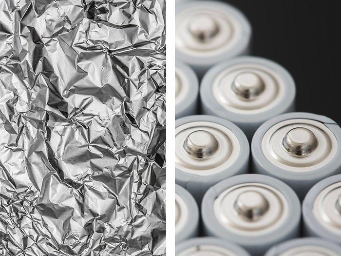 Maintenir des piles en place avec de l'aluminium ménager.