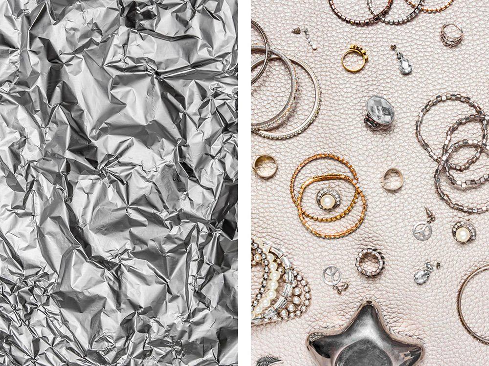 Nettoyer des bijoux avec de l'aluminium ménager.
