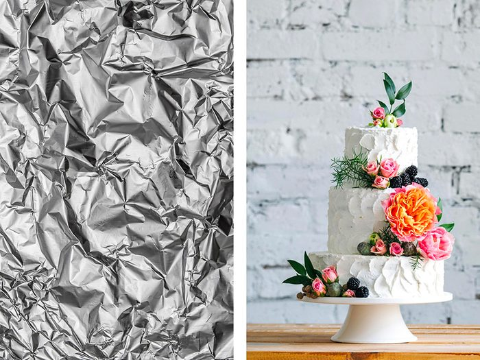 Décorer un gâteau avec de l'aluminium ménager.